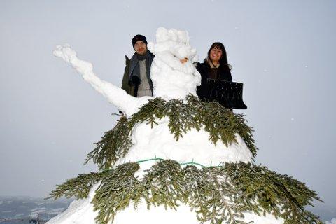 DEN FØRSTE SNØMANNEN: - Dett er jul på et helt annet nivå. sier Camille Breton fra Frankrike, som har bygget en kjempesnømann sammen med kjæresten Jonas Rolstad fra Lillehammer.