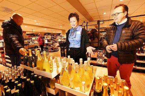 FAVORITTEN: Marit Furuhaugen ser at flere følger Finn Denstad og jakter de gode champagnene til nyttår. - Men det er dette dølene helst vil ha, Prosecco eller Cava, sier hun