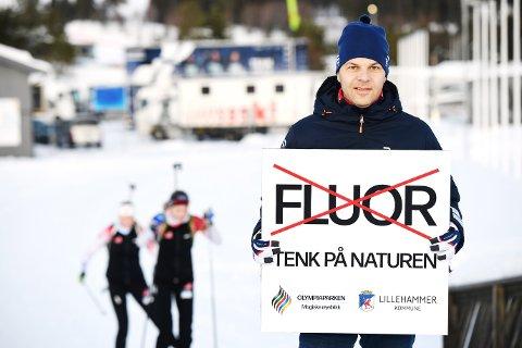 KLAR TALE: Utøverne blir møtt av dette skiltet når de varmer opp i løypene rundt Birkebeineren skistadion. Arrangøren Lillehammer Olympiapark med administrerende direktør Per Olav Andersen ønsker å markeresitt standpunkt til bruk av fluorholdig skismurning