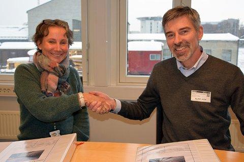 SKAL BYGGE: Avtalen mellom Bane NOR og Baneservice AS ble inngått onsdag 30. januar, her representert ved prosjektdirektør Anders Tidemand-Johannessen og konserndirektør Vibeke Aarnes i Bane NOR.