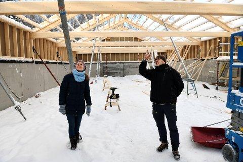 Det nye utstillingslokalet på Ullinsvin i Vågå tidlig i byggeprosessen. Prosjektleder på Ullinsvin, Tora Sandbu inspiserer arbeidet med Steinar Løkken fra Vågå historielag. Til høsten blir det offisiell åpning.