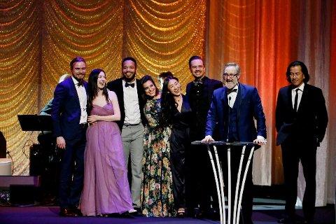 TRE PRISER: Ensemblet Theatre Movement Bazaar ble kalt opp tre ganger og fikk like mange priser under den 29. utgaven av Ovation Awards i Los Angeles 28. januar. Kasper Svendsen stående halt til venstre på bildet.