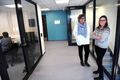 Virksomhetsleder Rita Randen (t.h) og avdelingsleder Ingrid Bakken trives allerede godt på Otta brygge. Lørdag er det åpen dag.