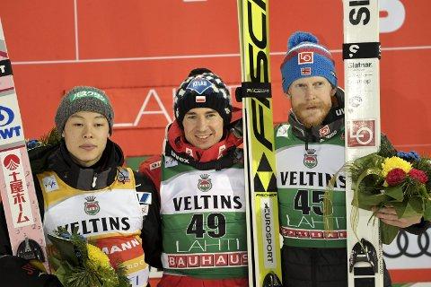 PALLEN: Robert Johansson ble nummer tre i Lahti. Her sammen med vinneren Kamil Stoch Finland, og Ryoyu Kobayashi.