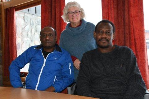 Berhane  Haile Berek, Majdi Alhadi og Margrethe Øvrelid i flyktningetjenesten i Skjåk fortviler over tungrodd ordning for flyktninger som bor ute i distriktene.