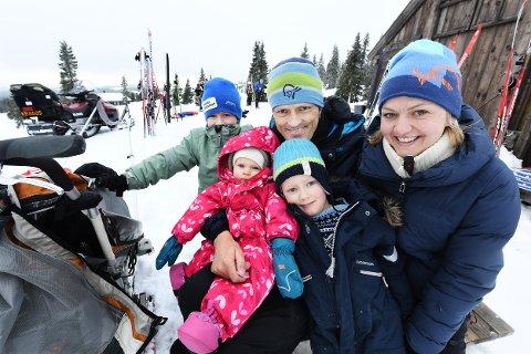 VINTERFERIE: Kari Reikvam og Sverre Briseid har en ekstra lang vinterferie med barna Eskil, Alma og Sindre på hytta på Sjusjøen i år. I påsken reiser de til Syden.