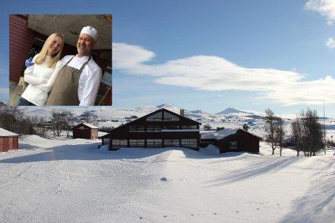 SELGER: Etter fem års drift har samboerparet Rune Vedvik og Monica Halvorsen (innfelt) bestemt seg for å selge høgfjellshotellet. - Alt har sin tid, sier samboerparet.