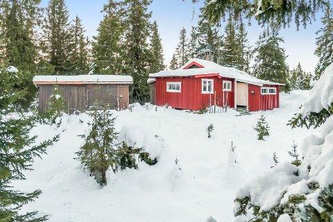 SOLGT: Denne hytta med enkel standard, men på et drøyt mål selveiertomt i Ringsakerfjellet, ble solgt for 760.000 kroner.