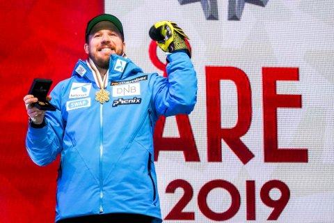 Verdensmester Kjetil Jansrud viser frem gullmedaljen etter utfor for menn under VM i alpint. Han stiller i spissen for seks norske løpere i Kvitfjell.