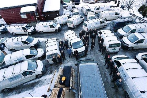 PÅ VEGEN: Det er ikke får rørleggere og servicebiler fra Ramsøy som skal ut i trafikken hver dag, noen for turer på et par tre-timer. Snart får de 35 rørleggerne egne rutiner i HMS-boka for trygg bilkjøring til og fra jobbene.