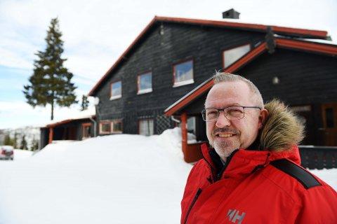 Adm.dir på Rondane Høyfjellshotell, Ole Petter Christensen foran bygget som nå skal få åtte nye suiter tilknyttet hotellet.