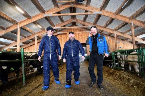 Stein Ivar Skreden (t.v), Einar Lyen i Norsk Dyreomsorg, og gardbruker Ole Anders Moldal, Lesja
