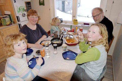 Bildene viser:Mor Møyfrid Reinsberg Brenn (43)Eldstedatteren Annika (11)Ingeborg (8,5)Guro (3,5)Bestefar Øystein ReinsbergFamilien Reinsberg Brenn på Fåberg har redusert plastforbruket i husholdet. Blant annet bringer de med seg bokser til butikken til å ha maten i når det handler - og unngår mat som er pakket i engangsplast.Denne dagen bestod middagen av stekt laks med ovnsbakte søtpoteter og grønnsaker, med saus av kokosmelk, vårløk og krydder.Miljøbevissthet miljø miljøvern plast plastforurensing matlaging råvarer