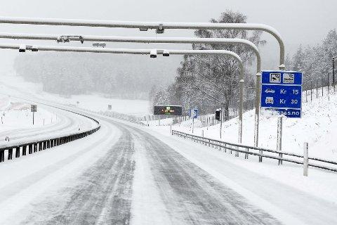 Fylkespolitiker Gunnar Tore Stenseng (Ap) vil at også elbileierne skal betale bom, og omtaler elbleiere som snyltere.