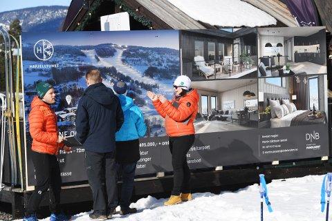 TRAVEL LØRDAG: Ingrid Sunniva Bungum og kollega Martin Sønsteli viser fram Hafjelltunet på prospekt til interessenter. Før visningen på tomta hadde de cirka 130 henvendelser.