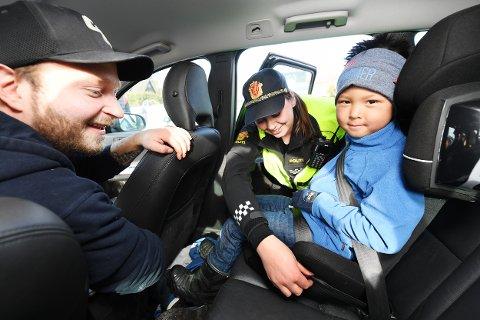 BARNESETE: Sigrid Biribakke fra Utrykningspolitiet sjekker bilsetet til fem år gamle William. Da far Tom Øvstetun var like gammel, satt han på en enkel pute.