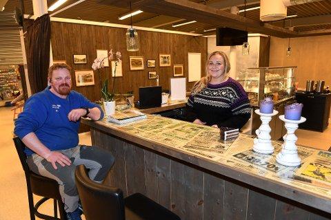 Ola Plassen og Iselin Stakston har tatt over driften av kafeen i Vågå handelshus. Nå har den fått navnet Olis Kafé.