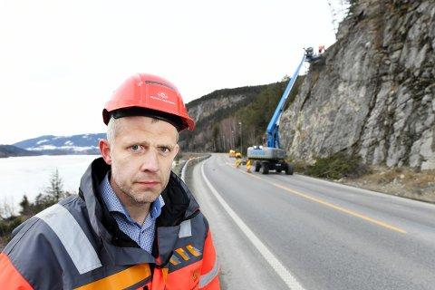 Seksjonssjef i Statens Vegvesen, Asbjørn Stensrud, er nå i Elstadkleiva for å vurdere situasjonen etter at en stien har rast ut i E6 ved Elstadkleiva. Dette bildet er fra i vår, da E6 ble stengt i flere dager på grunn av rasfare i dette området.