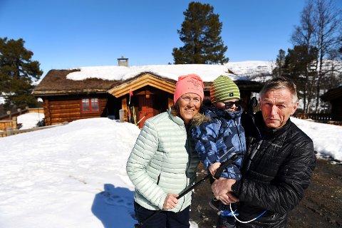 Ekteparet Ingrid Dimmen og Oddleiv Sæle fra Lillehammer, kjøpte hyttetomt på Kvamsfjellet i 1999 og bygde året etter. Det har de ikke angret på. Her med barnebarnet Emil på to år. Hytteundersøkelsen i midtdalen bekrefter at mange er fornøyde med mye og mangt i lokalmiljøet.