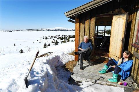 NYTER FJELLET: – Vi kan sitte i timevis og bare nyte utsikten og naturen, sier Pernille Weisser og Find Juhl.