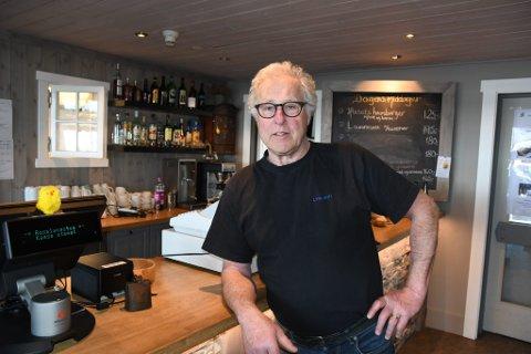 Knut Lyng mener den nye kafeen på skistadion har perfekt beliggenhet. Men uten alkoholservering blir det vanskelig, tror han.
