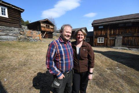 Semon Aaseng og Karen- Marie Skarshaug Aaseng på tunet tilØvre Aaseng i Heidal.
