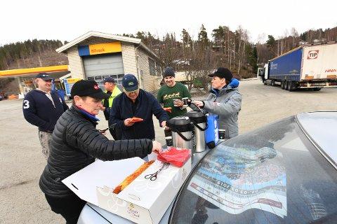 LØNN: Flere av sjåførene som er strandet inntil en stengt E6 på Fåvang, må trolig se langt etter lønn når trailerne står parkert i flere dager. Onsdag fikk de en opptur. Nicole Frevig og Anna Lindalen Frevig serverte vafler og kaffe.