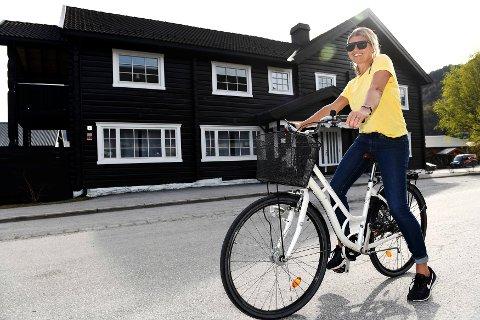 Lene Brimi foran den staselige bygningen Kirkenær i Vågåmo. Nå skal de utvikle den til pensjonat. (Sveip videre for flere bilder)