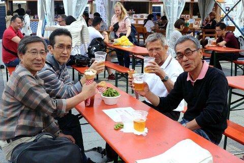 Gjenforening og skål: Nobuhiro (fra høyre), Harald, Kamegamori og Matsuura.