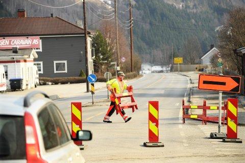 ÅPNET: Klokken 16.00 fjernet Svein Hermansson sperringene og E6 var igjen åpen for trafikk mellom Ringebu og Fåvang.