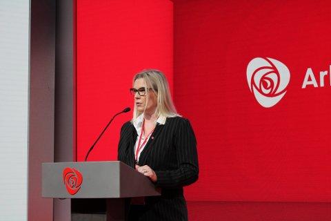 Ingunn Trosholmen (Ap) , varaordfører i Lillehammer på landsmøtets talerstol fredag. Hun tok opp privatiseringen av IKT-tjenester i Forsvaret og mener det kan medføre en sikkerhetsmessig risiko.