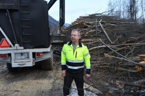 Hermod Skålsveen har bedrift som både ordner med varme og pynter opp i kulturlandskapet.