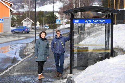 MOBILE LØSNINGER: Kristin Prøven i Visit Lillehammer og Amund Hagen Kristiansen i Framtiden i våre hender jobber for å legge til rette for at flere kan droppe egen bil til hytta, eller når de er på hytta. - Vi skal også  tilrettelegge for de som ikke har førerkort, noe som er en økende gruppe tilreisende til regionen.