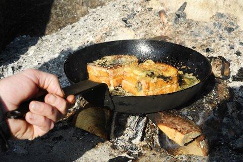OST OG SMØR: Myk ost inn, sprø ost utenpå når Kristoffer Hovland tilbereder toast.