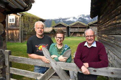 Dag Lindvig, Ingunn Munch Lindvig og Johan Storm Munch skal formidle farshistorien til Edvard Munch på garden Gammel-Kleppe i Vågå. Her blir det en splitter ny tømmerlåve som skal stå ferdig til 2021.