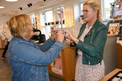 Randi Hedlund fra Otta får hjelp av Vendela Kirsebom.