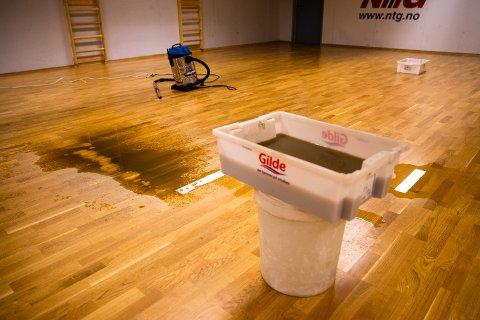 Slik ser det ut i trimrommet i Håkons hall dagen etter at vannet strømmet inn. Viftene står på fullt for å tørke opp vannet som er igjen.