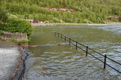 Her er deler av elvepromenaden på Otta under vann. Under flommen i oktober i fjor, var vannstanden så høy at den nådde helt opp til kulene på toppen av rekkverket.