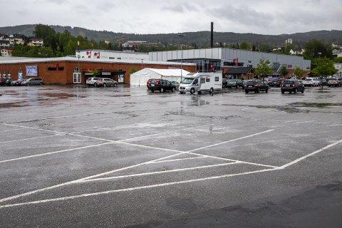 Etter det omfattende dreneringsarbeidet er parkeringsplassen utenfor Strandtorget relativt tørr, også i regnvær.