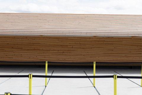 Bygget vil gråne med tiden. På benkene kan man hvile før turen går videre.