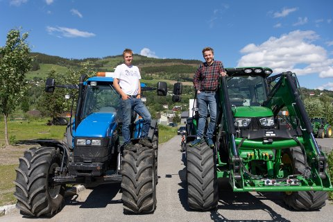Håper på gjentakelse: Vegard Bækken Christiansen (16) og Sander Hagen (17) viser stolt frem traktorene sine.