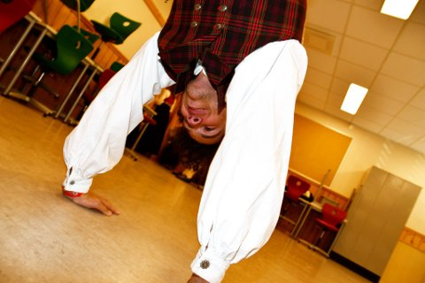 Julian Steinsrud fra Austre Slidre øvere seg før han skal ut i dansekonkurranse.