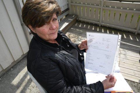 Siw Birgitte Sagsletten med fakturaen hennes pensjonerte foreldre fikk fra Sel kommune.