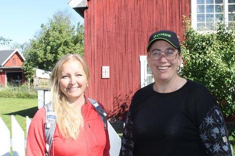 TURLEDERE: Jane Dahl Sogn (til venstre) og Ellen Krageberg skal lede vandrerne videre fra Husmannsstugua på Biri. Krageberg er dessuten vertskap på pilegrimsherberget, som vi ser i bakgrunnen
