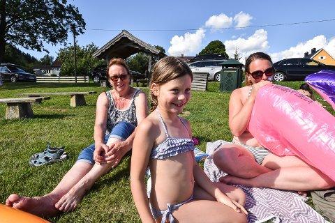 F.v.: Jorid Vaagland, Ronja og Rianne Puijk Vaagland.  – Vannet er veldig veldig varmt, sier Ronja (7) som har svømt rundt i Vingnesvika onsdag ettermiddag.