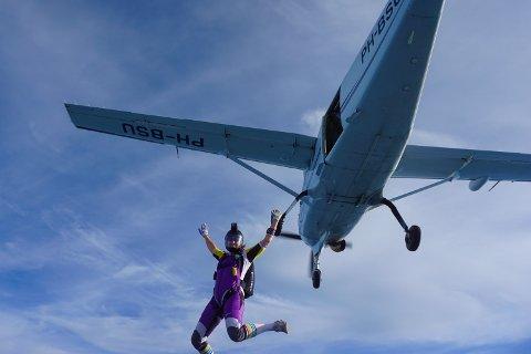 Ingrid Johansen sier at verden går i sakte film i det hun slipper håndtaket og kaster seg ut av flyet.