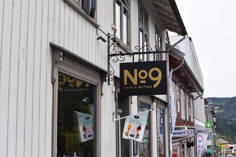 No 9 kafe og butikk skulle være arrangørsted for en jazzkonsert med Avalon Jazz Band. Tirsdag skrev arrangørene Hot Rock Agency at konserten er avlyst. Foto: Hanna Willoch
