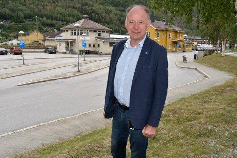 Ordfører Dag  Erik Pryhn ser fram til at spaden kan stikkes i jorda ved stasjonen.