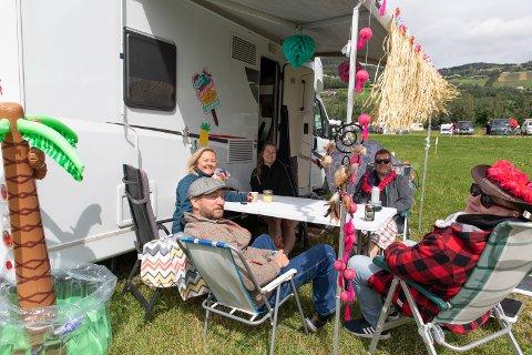 En touch av tropene: (F.v) Villi Karlsson (42), Linda Andresen (37), Camilla Sandven (22), Inge Fornes (33) og Tor Håkon Hestø (31) i Camp Hawaii er klar for nok et år på countryfestivalen.