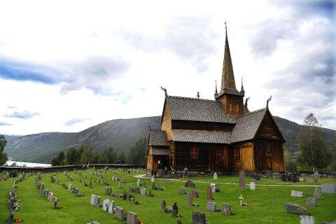 - Noe må vi gjøre, sier kirkeverge i Lom, Borghild Skarelven om besøkende og korona-tiltak i sommer.